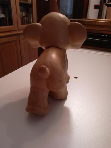 """Immagine del retro dell'elefantino  con veduta del marchio """"Rubber Toys""""."""