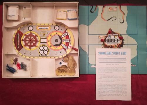 Contenuto del gioco in scatola, completo e in buono stato ad eccezione di alcune delle 42 carte strumenti che probabilmente sono state rovinate da tarli della carta.