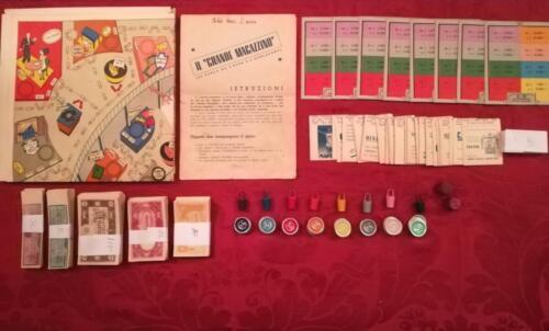 Veduta del contenuto del gioco da tavolo mancante di qualche banconota, ma completo di tutto il resto e dell'essenziale per poter giocare in 8 giocatori.