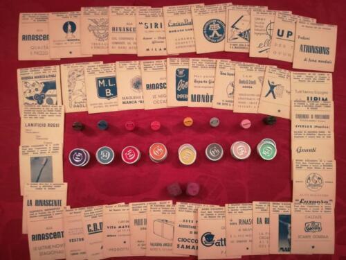 Immagine illustrativa delle carte con le varie pubblicità dell'epoca, le monete colorate del grande magazzino, i due dadi rosa e le 8 pedine di gioco che rappresentano delle buste della spesa.