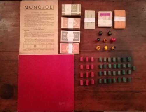 Altra veduta del contenuto con il tabellone di gioco piegato. Qualche banconota presenta particolari errori di fabbrica dell'epoca.