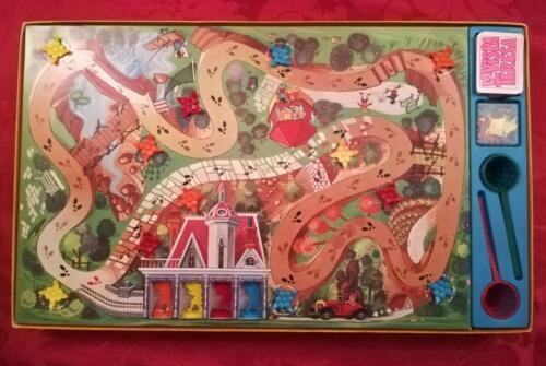 Plancia di gioco (giocabile all'interno della scatola aperta) con tutto il contenuto disposto nella scatola.Tutto il contenuto e in buonissimo stato compresa la scatola del gioco.
