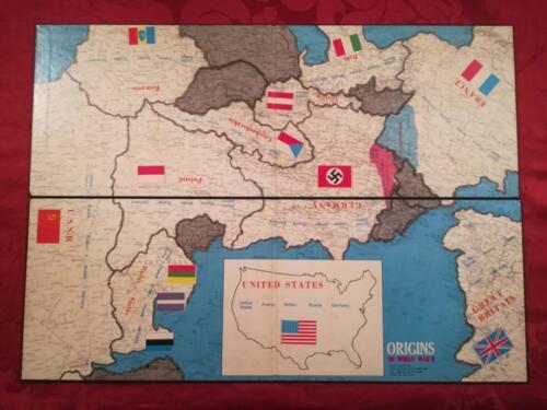 Veduta della plancia di gioco divisa in due parti rettangolari e che , per giocare , bisogna unire per formare un'unica plancia. La plancia mostra le 13 nazioni ed aree contestate che erano più importanti nelle dispute politiche che portarono allo scoppio della II Guerra Mondiale.
