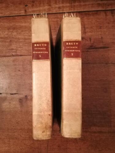 """Dorsi dei due volumi delle: """"Istorie Fiorentine"""" in mezza pergamena con tassello in pelle."""