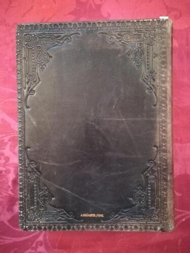 Retro della legatura del libro in pelle nera.