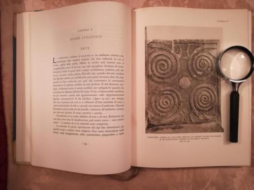 Tavola IV. Tarscien - Stele di calcare , ornata di spirali rilevate rosse e di puntolini ripieni di materia bianca.