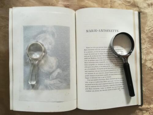 Inizio del testo in Francese riguardante Maria Antonietta. (Tutte le incisioni del libro sono coperte da una velina protettiva).