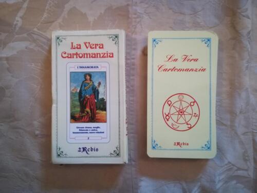 Veduta della marca di edizione Rebis presente sulla scatola e del retro delle carte divinatorie.