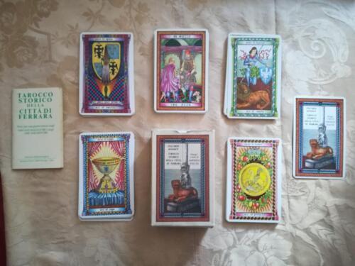 Veduta del contenuto completo e in ottimo stato composto da 14 carte per seme , dai 22 tarocchi ,dalla carta introduttiva, dalle istruzioni e dalla scatola del mazzo.