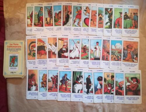 Veduta di tutte le 32 carte in ottime condizioni con alcune carte con lievi pieghette sugli angoli.