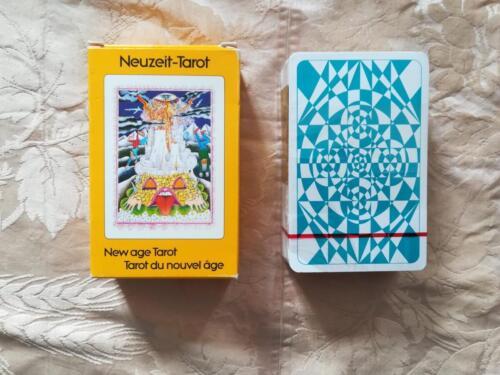 Retro della scatola e delle carte dei tarocchi.