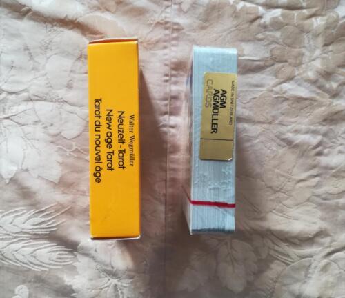 Uno dei dorsi della scatola del mazzo di carte e  il bollino d'oro con su scritto il luogo di produzione e la marca presente sul mazzo di carte ,ancora sigillato, dei tarocchi.