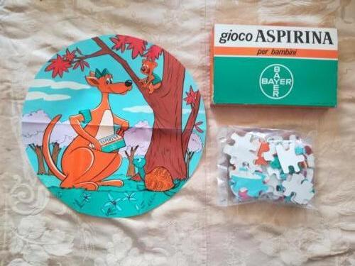 Contenuto del gioco in scatola composto di un puzzle e di un foglio di carta che rappresenta il puzzle completato.