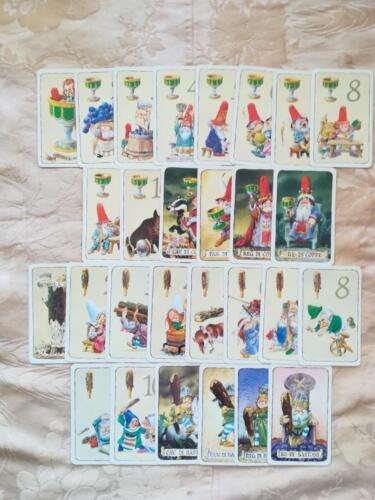 Carte dei semi in ottimo stato, raffiguranti belle illustrazioni degli gnomi. Carte composte da 14 carte per seme.