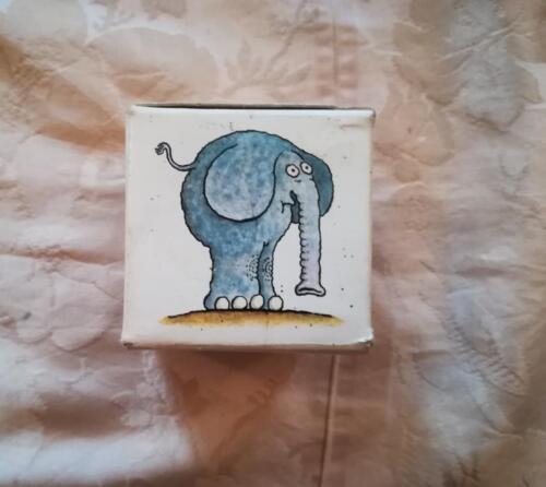 Uno dei due lati della scatola cubica illustrato da un'immagine presente anche in una coppia di carte all' interno della scatola.