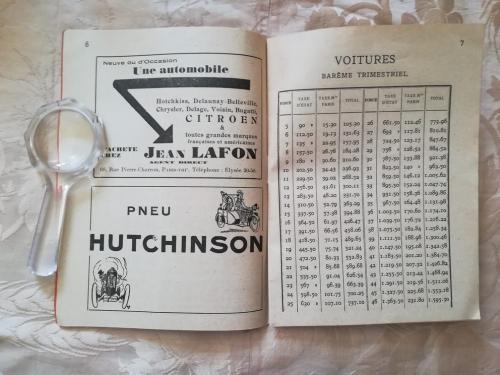 Tabelle delle tasse e pubblicità della Citroen e degli pneumatici.