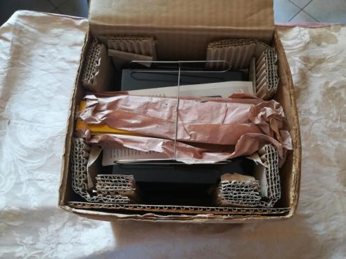 Interno della scatola con le pellicole dei film avvolte in un incarto. Alcune sono ancora sigillate nella plastica all' interno della carta.
