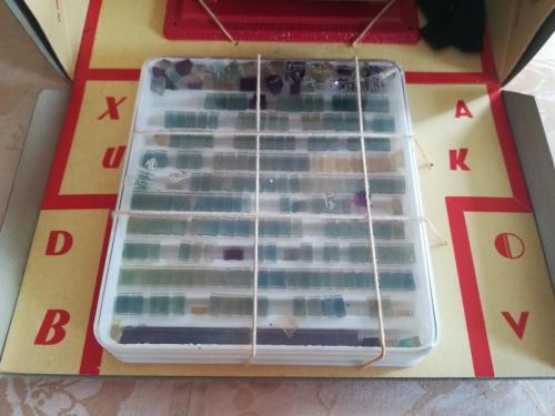 Lettere e numeri suddivise nell'originale scatoletta in plastica che servono a comporre testi e parole.