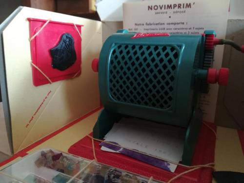Veduta dello stampino e dei suoi gadget come formine in gomma per compore disegni con l'inchiostro.