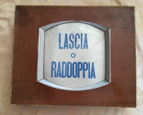 Veduta dall' alto della scatola ,a forma di televisore, del Lascia o Raddoppia.