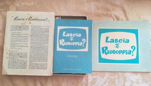 Tabellone di gioco , libretto di istruzioni e fascicolo di domande alternative.