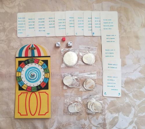 La ruota della fortuna , le 14 carte indizio , le monete e i dadi (anche se richiesto solo 1). Veduta delle carte scoperte.