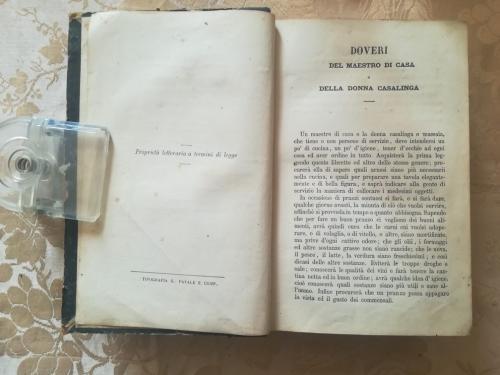 Sulla pagina sinistra in basso c'è scritto il nome della tipografia mentre in quella destra comincia la prefazione del libro di cucina.