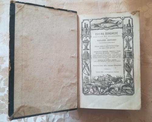 Bel frontespizio illustrato con su scritto nome dell' autore del libro, data , anno di pubblicazione e le numerose ricette ed incisioni in legno presenti in esso.