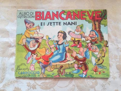 Veduta della copertina illustrata dell'albo da ritagliare di Biancaneve e i sette nani.