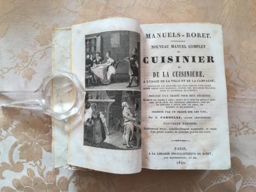 Frontespizio con bella illustrazione a sinistra raffigurante scene di cucina.